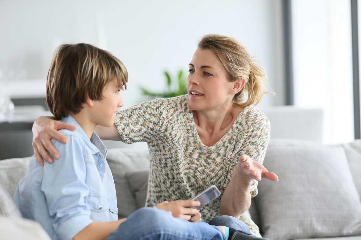 Cha mẹ nên thường xuyên trò chuyện cùng trẻ tăng động giảm chú ý